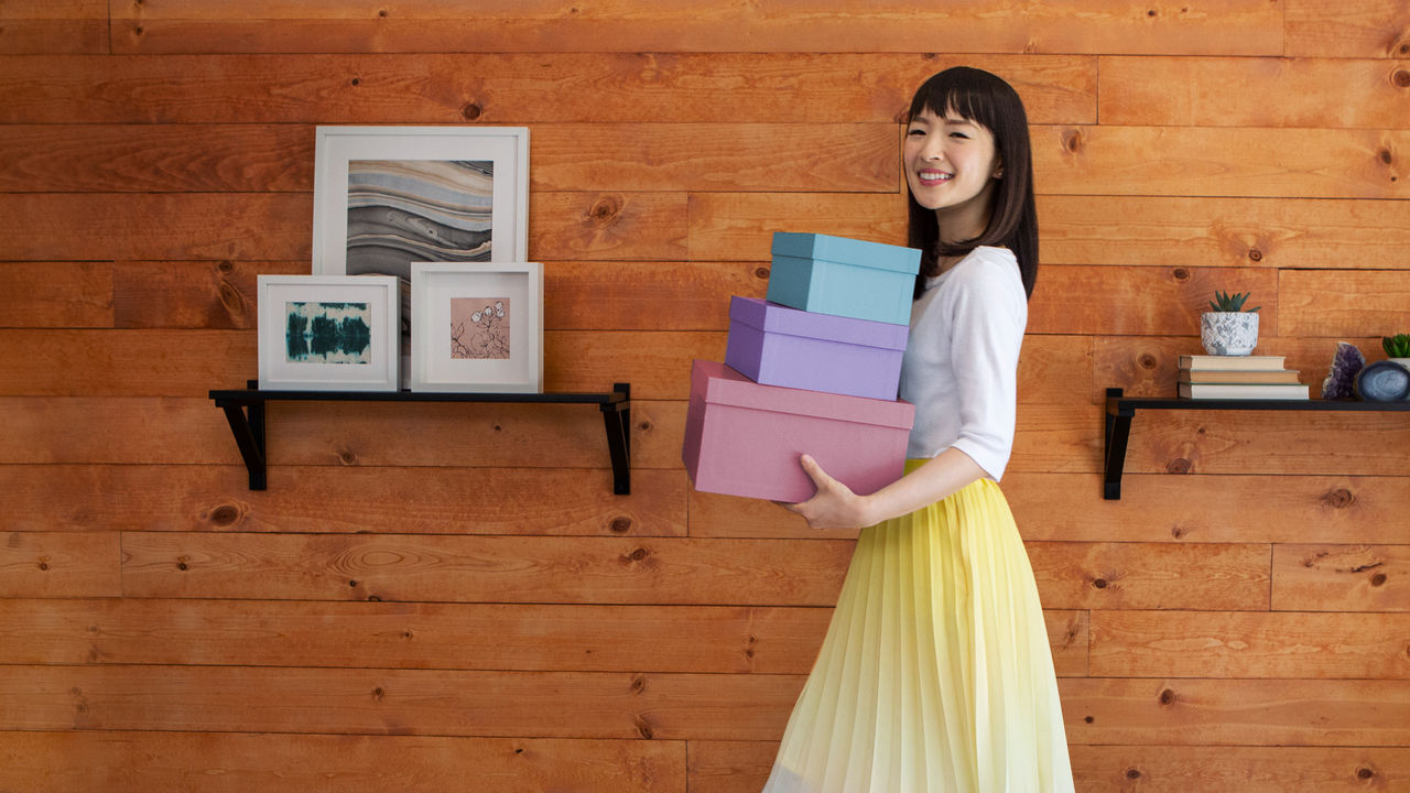 'Tidying Up With Marie Kondo' is the New Binge-Worthy Netflix Show That Will Make You Want to Clean Your Whole House ile ilgili görsel sonucu